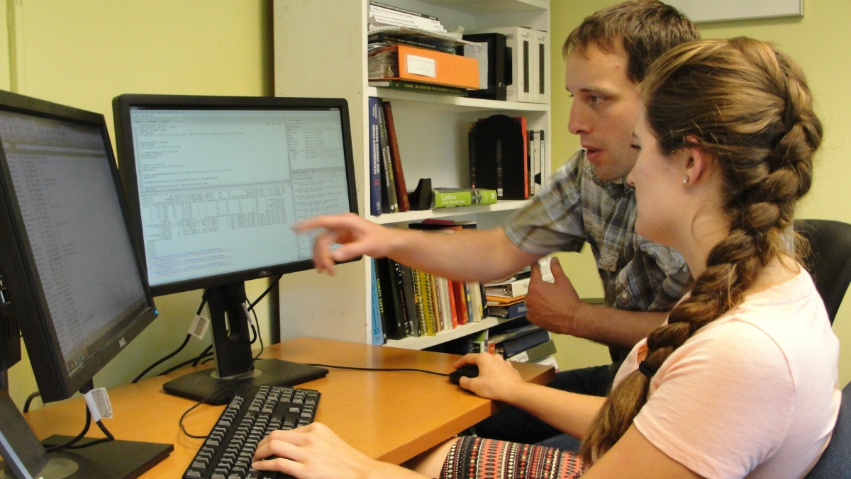 [Matthew Duveneck and Sofie McComb analyzing data in the scripting language R]